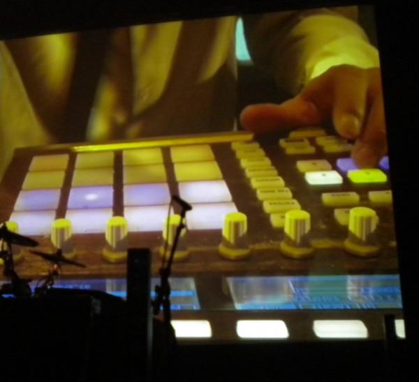 smokey joe & the kid, écran géant, machines, électro