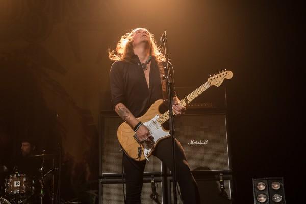 Glenn Hughes, guitariste, debout